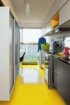 Cozinha com piso amarelo. Yellow floors to die for! Beautiful Kitchens, Cool Kitchens, Kitchen Dining, Kitchen Decor, Kitchen Chalkboard, Yellow Interior, Wooden Staircases, Types Of Flooring, Kitchen Interior