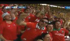 Los hinchas chilenos celebran el tercer gol en el minuto 29.