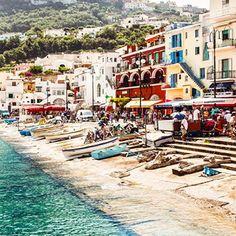 Yolunuz İtalya'nın Napoli şehrine düşerse, Rus yazar Maksim Gorki'nin sürgün yıllarını geçirdiği Capri Adası'nı mutlaka görün. Doğal güzelliği ile sizi kendine hayran bırakacak bu adadan dönmek istemeyeceksiniz!