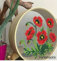 Point de croix - broderie a main sur un tamis Modern Embroidery, Embroidery Art, Cross Stitch Embroidery, Embroidery Patterns, Cross Stitch Designs, Cross Stitch Patterns, Crochet Motifs, Cross Stitch Flowers, Le Point