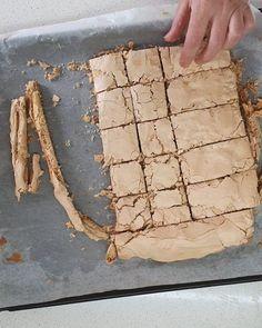 מתכון עוגת שכבות נס קפה - ריבועי בצק פריך מרנג נס קפה ואגוזים - מתנות קטנות Cake Icing, Fondant Cakes, Muesli Cookies, Baking Recipes, Cookie Recipes, Brownie Bar, No Cook Meals, Cake Cookies, Deserts