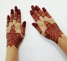 It is hard to track down the full history of Mehendi art. However, simple mehndi designs for hands are actually in trend from the past several centuries. Wedding Henna Designs, Floral Henna Designs, Indian Henna Designs, Henna Art Designs, Mehndi Designs For Girls, Mehndi Designs For Beginners, Modern Mehndi Designs, Mehndi Designs For Fingers, Beautiful Henna Designs