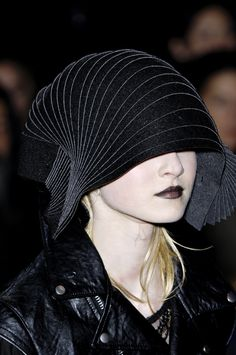 Junya watanabe at paris fashion week fall 2007 detail 항공 Space Fashion, Punk Fashion, Paris Fashion, Fashion Design, Turbans, Fashion Words, Junya Watanabe, She Walks In Beauty, Love Hat