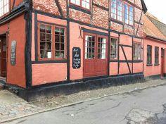 Facaden. Hyggelige omgivelser. Fransk landstil og vintage. Hvidt & Slidt, Studiestræde 3, 4300 Holbæk