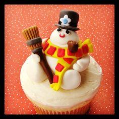 #Frosty the #Snowman cupcakes! by lynleespetitecakes @Wilton Cake Decorating #wiltonchristmas #wiltoncookieelf