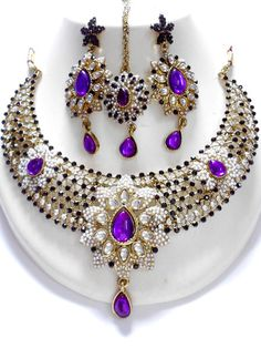 Unique and Exclusive Indian Fashion Jewelry sets, this fashion jewellery sets contains a necklace, matching pair of earrings, and mangtikka. This set is beautifully designed with the very high quality Pakistani Bridal Jewelry, Bollywood Jewelry, Bridal Jewelry Vintage, Wedding Jewelry, Moda India, Indian Jewelry Sets, Mommy Jewelry, Silver Jewelry, Jewlery
