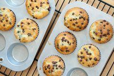 Diese Muffins mit Schokostücken sind saftig, weich, schokoladig und einfach nur yum! Genau das Richtige zum Frühstück oder als Snack für unterwegs.