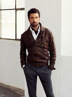 Tenue: Veste motard en cuir brun foncé,  blanc, Pantalon de costume en laine gris foncé, Écharpe en coton brun foncé