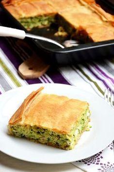 Cukkinis lepény (20 x 30 cm-es tepsihez) - 1 közepes vöröshagyma, 70 dkg cukkini, 20 dkg zúzott halfilé, 10 dkg (barna) rizs, 15 dkg feta sajt, 3 tojás, 1,5 ek friss kapor, 2 ek friss petrezselyemzöld, 1,5 ek friss menta, 20 dkg (teljes kiőrlésű) réteslap vagy pitetészta, olívaolaj, vaj. PITE tésza: 50 dkg liszt, 25 dkg vaj, 1 tojás, 3-5 dkg cukor, nagy csipet só, 1-2 ek joghurt vagy tejföl, fél kocka élesztő. Good Food, Yummy Food, Salty Snacks, Hungarian Recipes, Main Dishes, Vegan Recipes, Food And Drink, Appetizers, Dinner