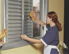 Fazer uma limpeza geral nas janelas de alumínio Para limpar e manter as janelas e esquadrias de alumínio sempre brilhando como novas, é só limpá-las uma vez por mês com uma mistura de óleo