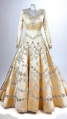 HM Queen Elizabeth's wedding dress - so unbelievably stunning :-)