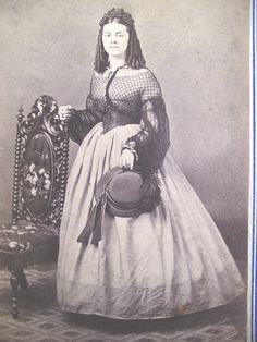 She's wearing it all! Capezoun, with a low body bodice, with a medici/zonal belt, and the hat! WOW!