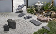 A Zen garden with circles traced in crushed white gravel, a stone lantern, some plants and black rocks and stepping stones. Zen Rock Garden, Mini Zen Garden, Zen Garden Design, Gravel Garden, Garden Stones, Desktop Zen Garden, Modern Japanese Garden, White Gravel, House Ideas