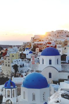 If you're thinking of going to Greece, you need to read through this definitive Santorini itinerary. Bookmark for your next trip to this beautiful island!