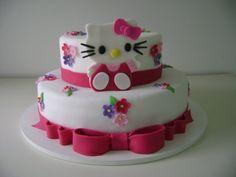 Bolo Hello Kitty, da Arte em Bolos (www.arteembolos.com.br). Coberto com pasta americana. A partir de R$ 85 (quilo). Preço pesquisado em julho de 2014. Sujeito a alterações