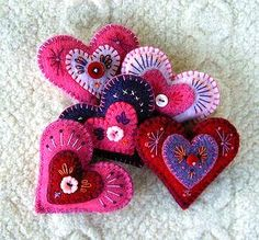 Aahhh, these beautiful hearts make me happy just to look at them! I've done simple felt hearts, but Cheryl at Felt So Good took these to ...