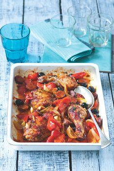 Baskické kuře si můžete dát jen tak s křupavou bagetou a sklenkou červeného vína, ale my milujeme, když si rozpečenou zeleninu, šťávu a olivy smícháme s vařenou rýží – krásně do sebe nasákne chutě. Chorizo, Chicken Wings, Food And Drink, Meat, Recipes, Recipies, Ripped Recipes, Cooking Recipes