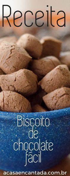 Biscoito de chocolate fácil, de poucos ingredientes, este biscoito de maizena super crocante conquista todo mundo! #Biscoitos #Chocolate #Receitas #Guloseimas