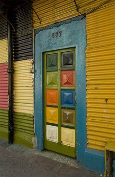 """""""Puertas del Barrio de La Boca"""". Créditos de la imagen: https://www.flickr.com/photos/joeyharrison/2448348058"""