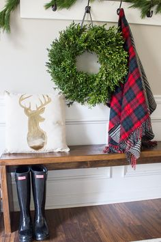 Perfect little entryway with a Preserved Boxwood Wreath @erinspain #HDCHolidayHomes