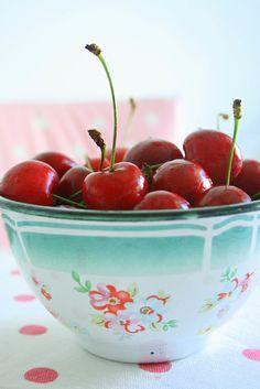 Cherries in Berry-Cherry Frangipane Tart Temptation in a bowl Frangipane Tart, Cherries Jubilee, Under 100 Calories, Cherry Recipes, Sweet Cherries, Bing Cherries, Fruits And Veggies, Fresh Fruit, Fresco