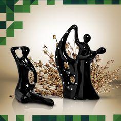 As estatuetas trazem elegância e modernidade ao ambiente.
