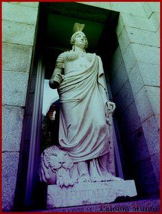 La Fortaleza, escultura femenina del edificio Villanueva, Museo del Prado de Madrid. Stronghold,female sculpture  Prado Museum Madrid