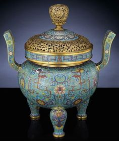 A FINE IMPERIAL CLOISONNE ENAMEL TRIPOD CENSER AND COVER