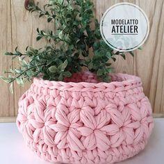 Arteira Yarn Projects T Shirt Yarn Baskets Amigurumi Elsa Love Crochet Knitting Baby Crochet Bowl, Crochet Basket Pattern, Love Crochet, Yarn Projects, Crochet Projects, Doily Patterns, Crochet Patterns, Crochet Circles, Modern Crochet