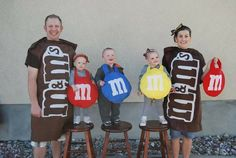 Art Easy and Simple: DIY - Family Costumes halloween Costume Halloween, Diy Halloween, Carnaval Costume, Cute Costumes, Holidays Halloween, Happy Halloween, Halloween Decorations, M&m Costume Diy, Costume Ideas