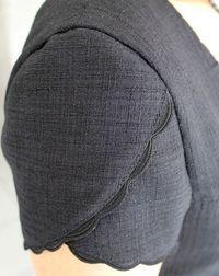 Détail manche Plus - petal sleeveTulip sleeve with scalloped edgeVery feminine.Lecture d& message - mail OrangeIt's all in the little details Saree Blouse Neck Designs, Simple Blouse Designs, Stylish Blouse Design, Dress Neck Designs, Blouse Patterns, Sleeve Designs, Kurta Designs, Kurti Sleeves Design, Sleeves Designs For Dresses