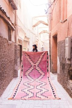 How pretty is this Moroccan style rug? I'm loving those peachy pink hues…