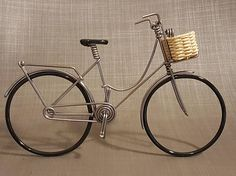 Miniature Dutch bike with wicker basket / Dutch bike in aluminum wire with basketball Recycled Metal Art, Scrap Metal Art, Wire Crafts, Metal Crafts, Wire Art Sculpture, Diy Crafts For Home Decor, Steel Art, Miniature Crafts, Handmade Wire