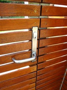 Horizontal Wood Fence - A horizontal fence finished of wood sheets is constantly a very sole and unusual thing. How to construct a horizontal fence with. Wood Fence Design, Gate Design, Front Yard Fence, Fenced In Yard, Yard Fencing, Driveway Fence, Modern Door, Modern Fence, Fence Doors