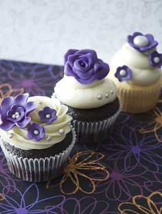 purple wedding cupcakes for bridal shower Purple Wedding Cupcakes, Purple Wedding Flowers, Flower Cupcakes, Strawberry Cupcakes, Easter Cupcakes, Christmas Cupcakes, Mini Cakes, Fancy Cakes, Cupcake Cakes