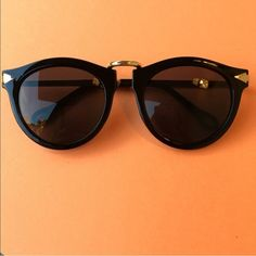 NEW Oversized Black & Gold Sunglasses Beautiful oversized black and gold sunglasses! Love these sunnies! Never worn, new! Please don't buy this listing, comment and I will make you a new one! Thank you, loves! Accessories Sunglasses