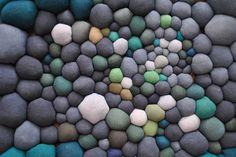 Serena Garcia Dalla Venezia cria inúmeras bolinhas de tecido de diversas cores e tamanhos que ao serem costuradas juntas, formam esculturas incríveis.