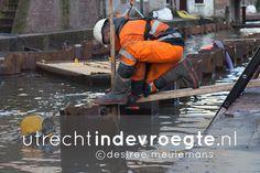 Onder water werken in de Nieuwegracht. Eerst materiaal ophalen bij de opslag en dan per boot met duwbak, kruip-door-sluip-door, naar de Nieuwegracht. Daar zijn metselaars, betonvlechters, straatmakers en duikers volop bezig met het stabiliseren en repareren van de walmuren. Er wordt met Pasen keihard doorgewerkt omdat het af moet zijn. Dus als je het Paasweekend in de buurt bent, breng die mannen wat lekkers! http://www.utrechtindevroegte.nl/project/onder-water-werken-in-de-nieuwegracht/