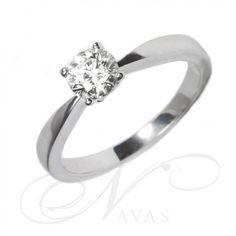 Solitario en oro de primera ley de 18 quilates, con un diseño sencillo y elegante con el que acertar en cualquier regalo o pedida de mano. Su elegante montura destaca por sus estilizadas formas que hacen de ese anillo una joya muy especial.