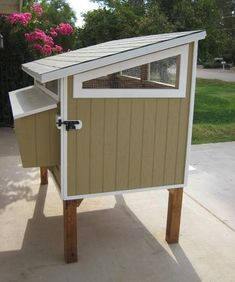simple and easy coop - looks like one whole side opens like a door. Great for back of coop Cheap Chicken Coops, Small Chicken Coops, Chicken Coup, Backyard Chicken Coops, Chickens Backyard, Chicken Coop Building Plans, Diy Chicken Coop Plans, Chicken Coop Designs, Chicken Life