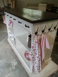 """Köksö """"Ellinor"""" 6000 kr. Hon bygger åt andra, helst köksöar."""