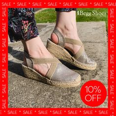 ❗10% off these Toni Pons - Perfect for summer❗️ 🔺 Get them here 👉 www.beggshoes.com/toni-pons-triton-0104-26 🔺 Sizes: 36 - 42 🔺 Price: Now £44.99 Bags 2014, Closed Toe Sandals, Gold Wedges, Summer Sandals, Clarks, Wedge Sandals, Shoe Bag, How To Wear