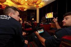 Jenia Grebennikov et Yoann Jaumel regardent Brésil-Russie sur le grand écran et Iran-Allemagne sur la tablette. (Photo Frédéric Mons/ L'Équipe)