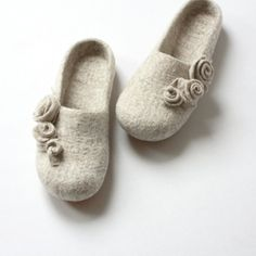Women slippers - felted wool slippers from natural beige wool with roses by AgnesFelt