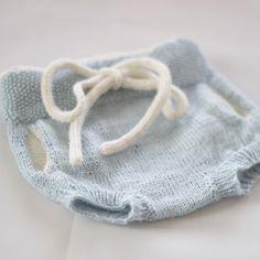 «| B l u e | en liten #shortsmedlommer til en liten tantegutteskatt  #strikk #strikking #diy #jeanettegreendesign #guttestrikk»