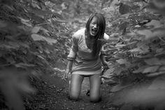 Estoy asustada de todo mi entorno,  estoy aterrada por si llega el dolor,  tengo miedo de ser débil en esos instantes,  de flaquear y que los demás puedan sufrir.  Tengo la esperanza de continuar luchando,  de lograr superar el terror a mi cuerpo herido,  quiero ser ejemplo de fortaleza, entereza,  y sobre todo enseñar a los demás a ser fuertes... (Ángeles)