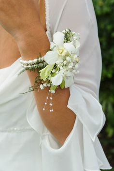 Wrist corsage bracelet made up of beads and a watch. Summer Wedding Bouquets, Corsage Wedding, Bling Wedding, Prom Corsage, Art Deco Wedding, Flower Bouquet Wedding, Bracelet Corsage, Classic Wedding Flowers, Floral Wedding