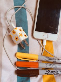 Diy flowers on iPhone charger - Diy flowers on iPhone charger - art vsco Iphone Ladegerät, Iphone Charger, Cute Crafts, Crafts To Do, Arts And Crafts, Aesthetic Painting, Aesthetic Art, Aesthetic Drawing, Aesthetic Bedroom