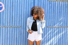 Short d'été en jeans. Une tenue casual en ligne: https://www.pompompidou.com/look-ete-short-jeans-taille-haute