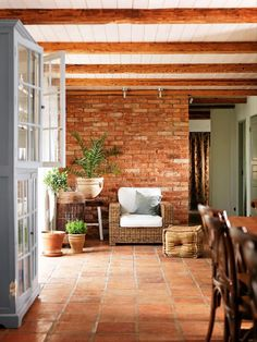 Amazing interior design trends to keep up with, lovely decor for your home! Check the board for more ideas! Click the photo to find out more! Style At Home, Decor Interior Design, Interior Decorating, Interior Paint, Decorating Games, Room Interior, Terracotta Floor, Pinterest Home, Exposed Brick